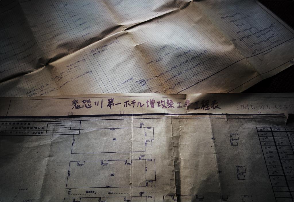 Na podłogach i stołach blakną stare dokumenty