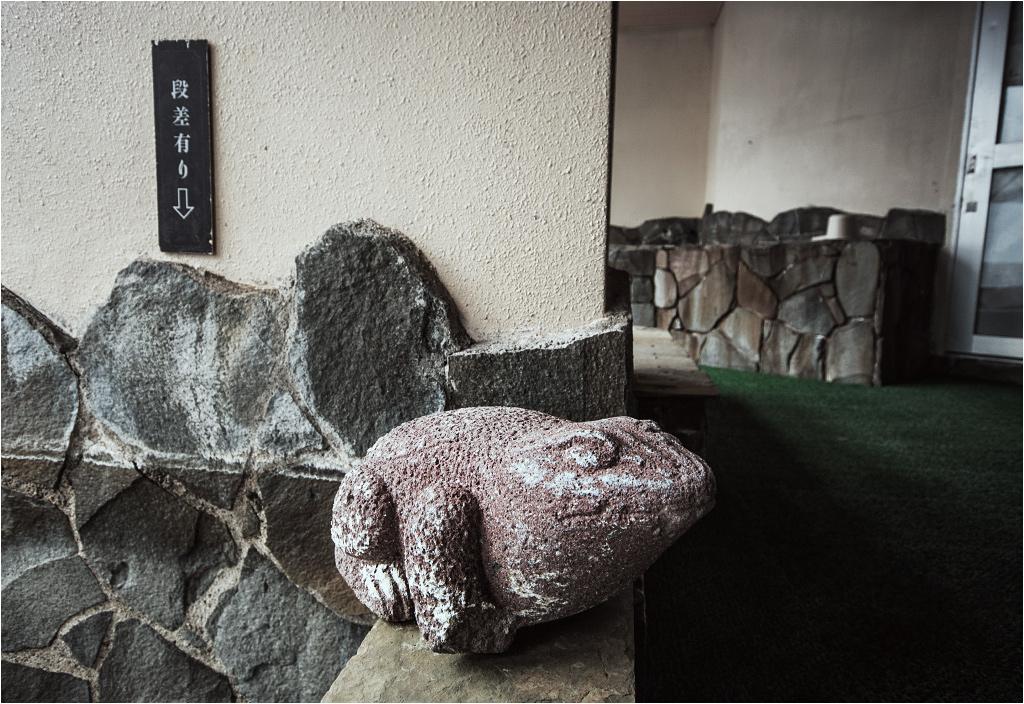 A w dawnej łaźni niewzruszenie trwa kamienna żaba