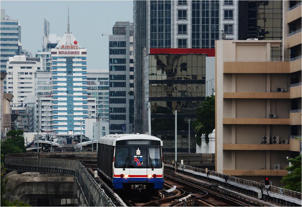 Ścisłe centrum miasta. Pociąg SkyTrain zbliża się do stacji przesiadkowej Siam