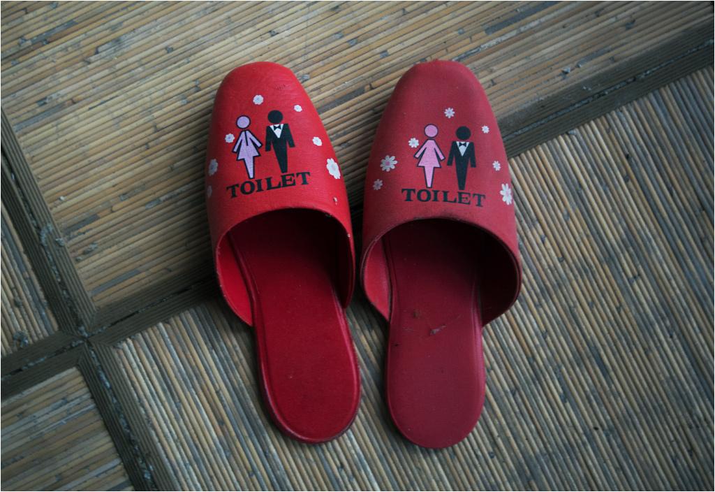 Następnie zzuwało się buty i zakładało takie gustowne kapciuszki