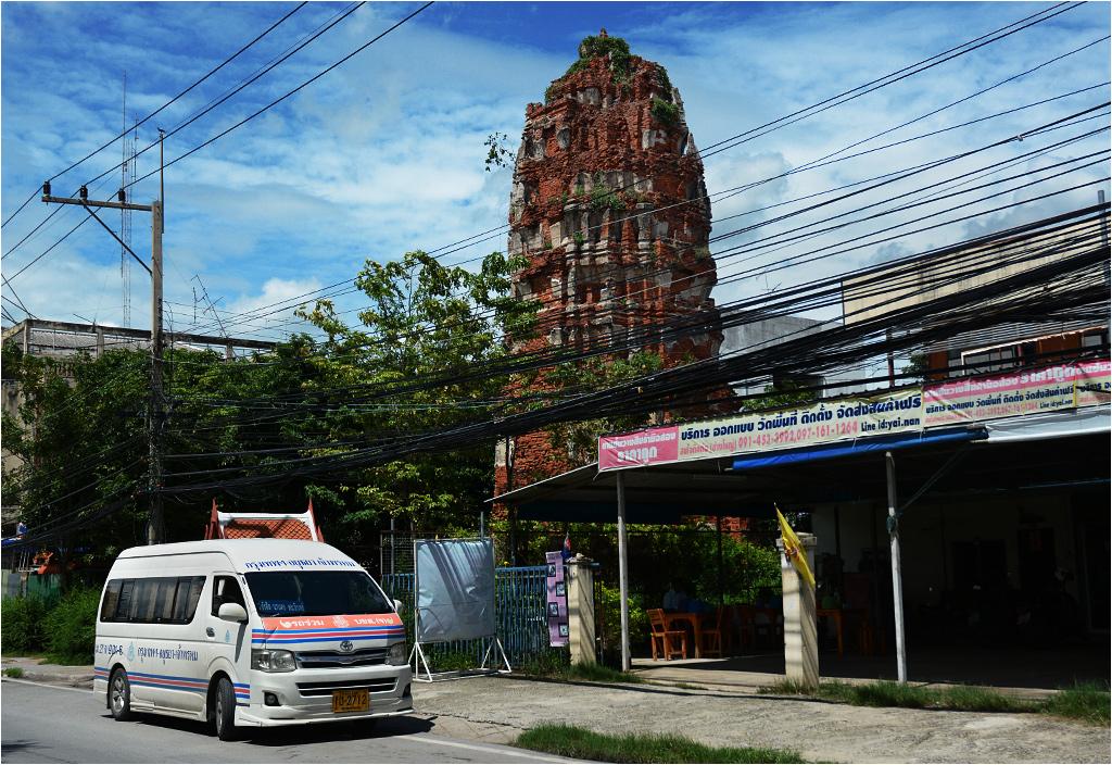 Kamienna pagoda sprzed paru wieków stojąca na podwórku w Ayutthayi