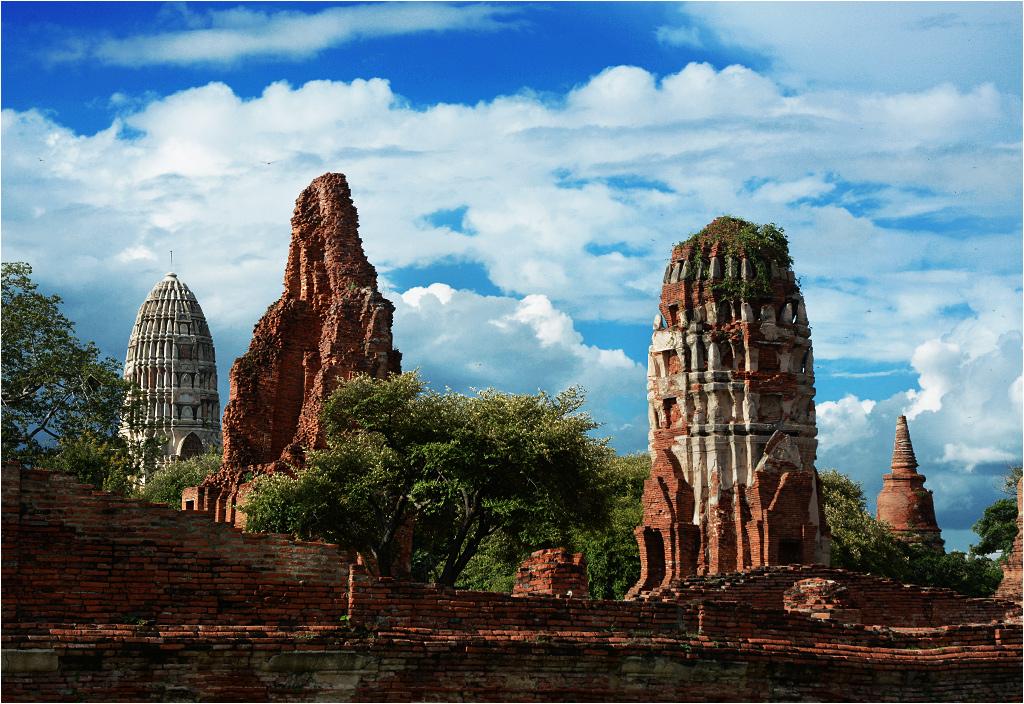 Cztery zupełnie różne wieże wyrastają znad ruin świątyni Wat Mahathat oraz Wat Ratchaburana