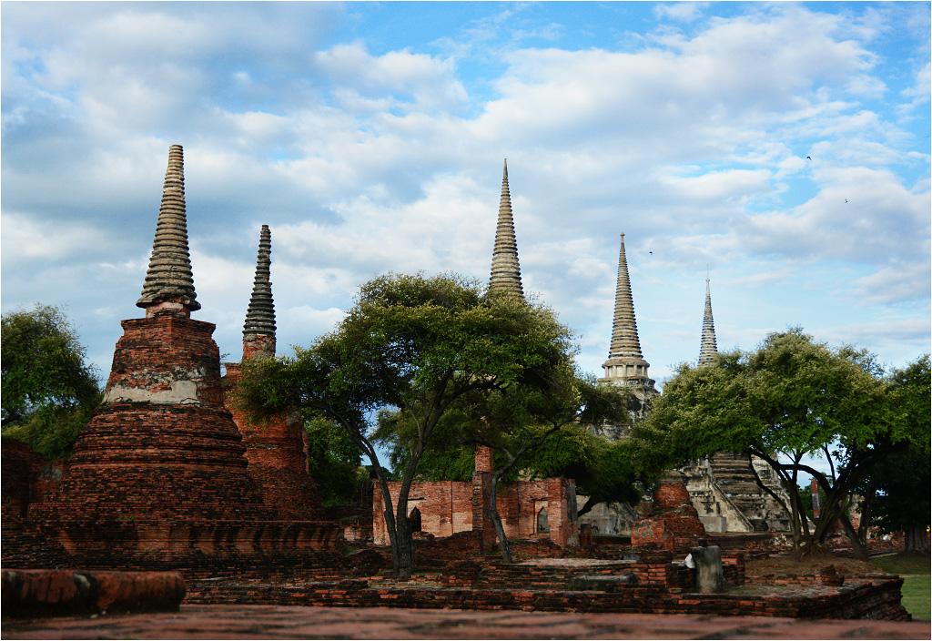 Wat Phra Si Sanphet wyróżnia się trzema wysokimi ostro zakończonymi wieżami