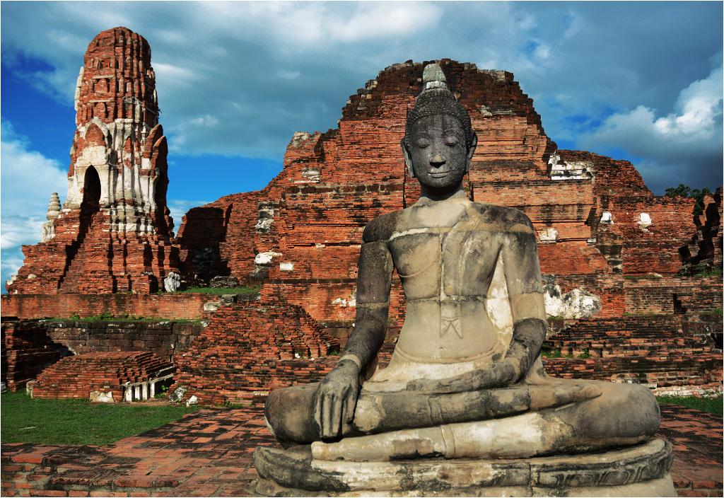 Budda siedzący na ruinach świątyni