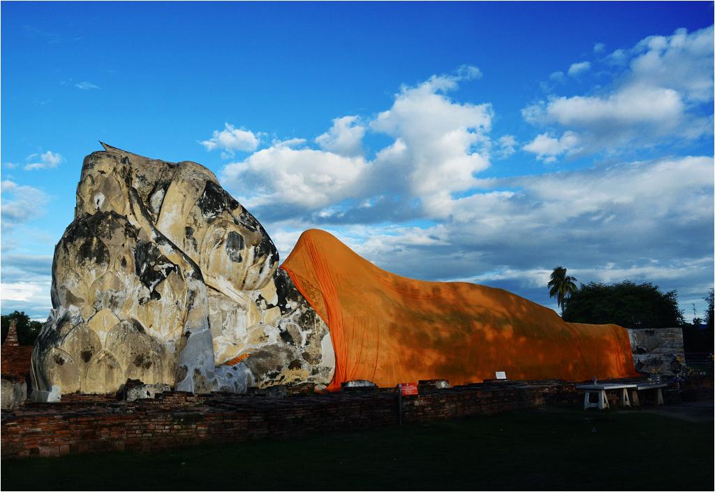 Ogromny leżący Budda w Wat Lokayasutharam ma aż czterdzieści metrów długości