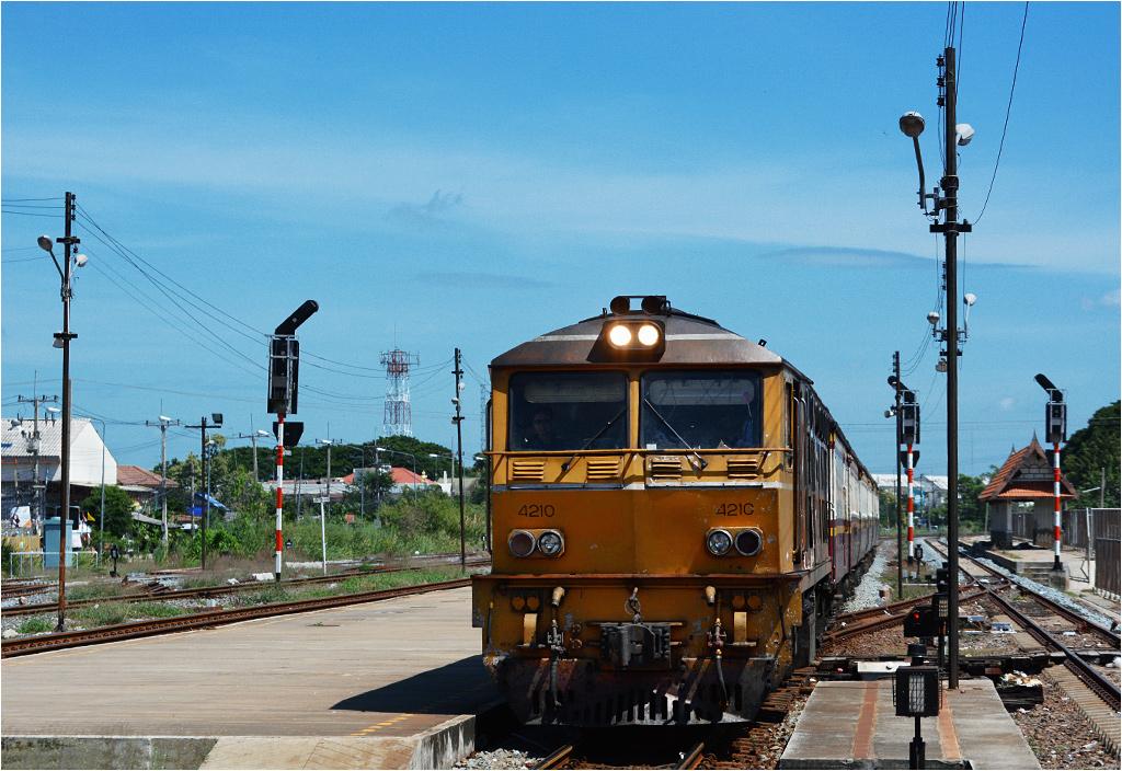 Lokomotywa AD24C-4210 wjeżdża na stację Ayutthaya, ciągnąc pociąg pospieszny do Bangkoku