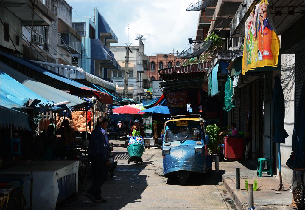 Zabudowany tuk-tuk (motoryksza) na ayutthajskim targu