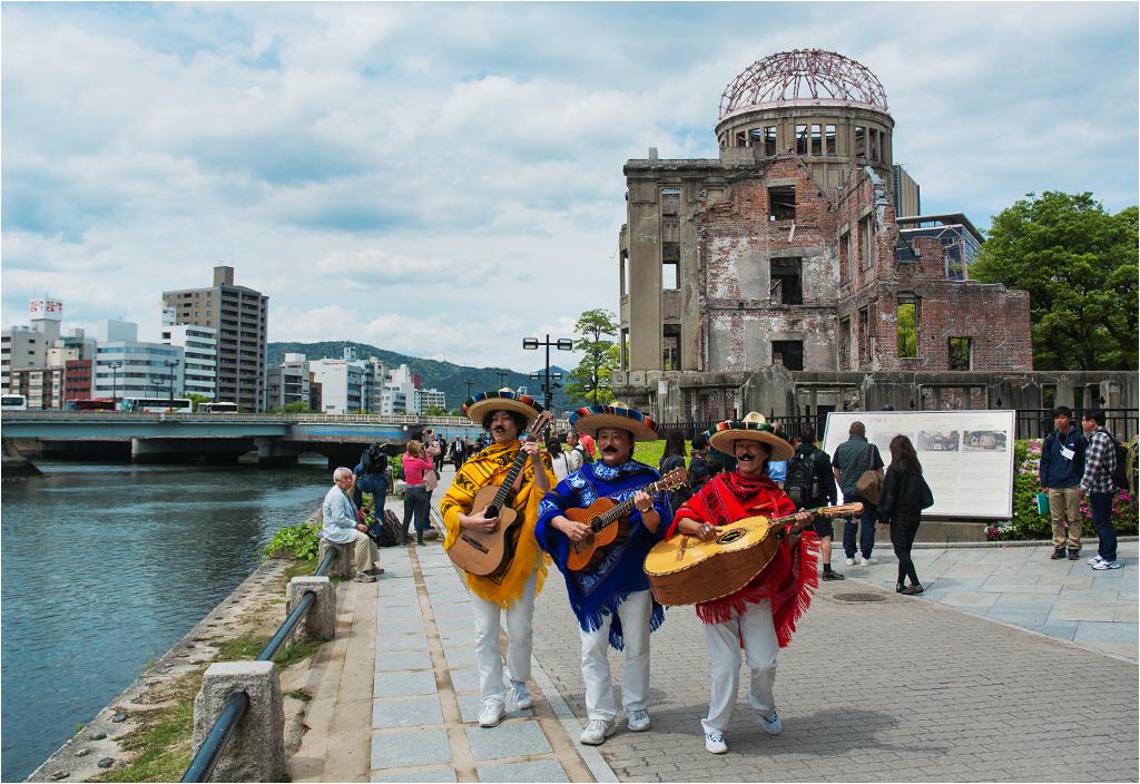 Kopuła Bomby Atomowej i występujący przed nią japońscy Meksykanie