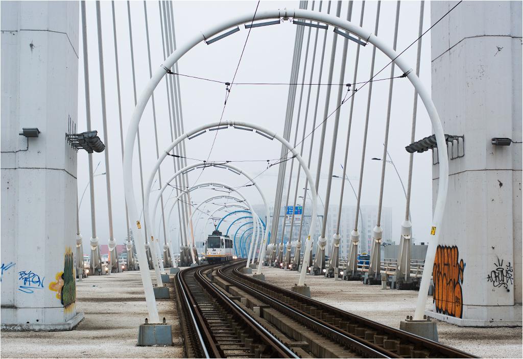"""Budowę mostu zakończono w 2011 roku, a kosztowała ona 255 milionów euro, co """"nieco"""" przewyższyło początkowo zakładaną kwotę 60 milionów"""
