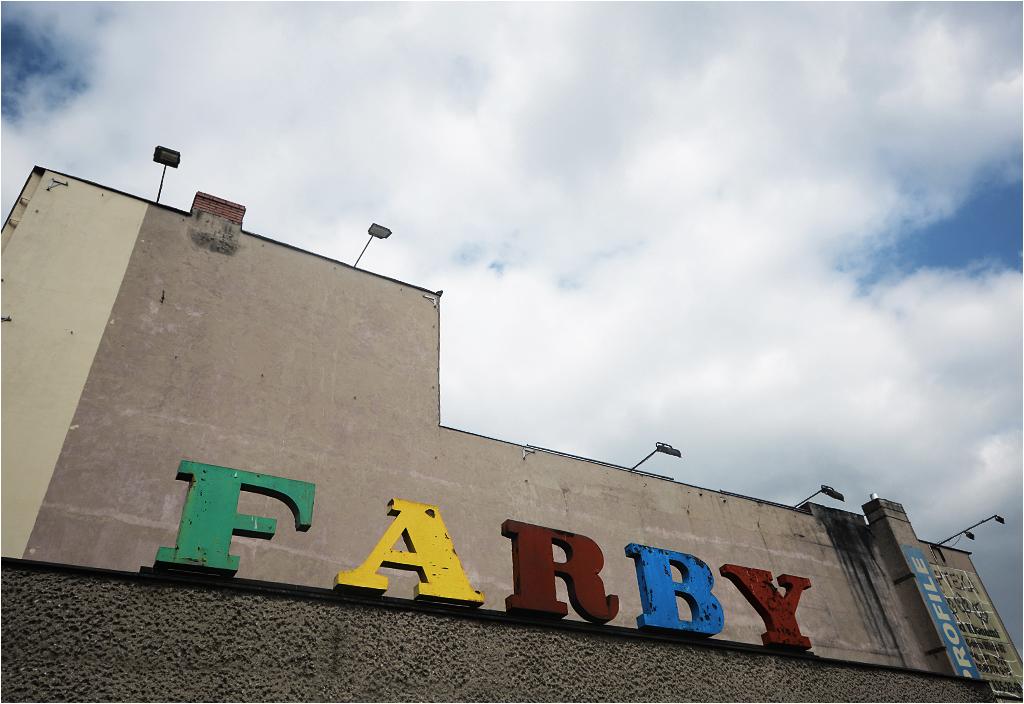 Wielokolorowy napis to jedna z niewielu pozostałości po sklepie z farbami na ulicy Różanej