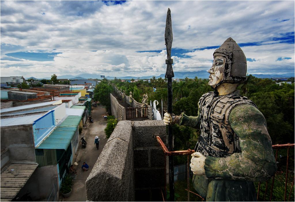 Kamienny żołnierz strzeże opuszczonego parku rozrywki