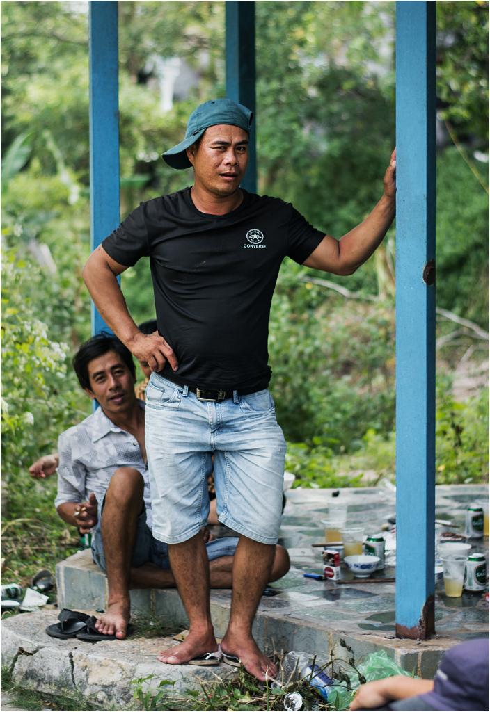 Wietnamczyk-imprezowicz pozuje do zdjęcia, zalotnie mrugając prawym okiem
