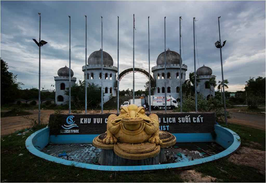 Finansowa żaba wita gości na wejściu do opuszczonego parku rozrywki Suối Cát