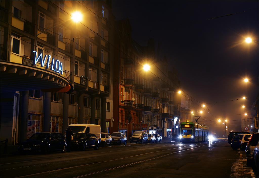 Tramwaj linii 10 jedzie ulicą Wierzbięcice, mijając dawne kino Wilda (od dziesięciu lat przemianowane na Biedronkę)
