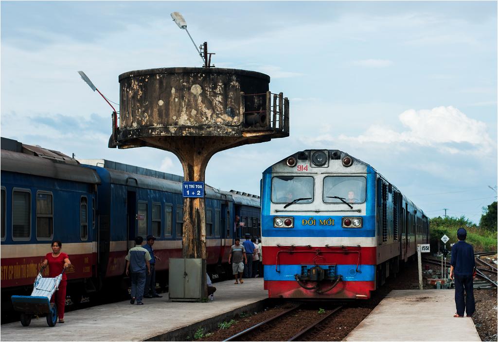 Pociąg relacji Hanoi-Sajgon wjeżdża na stację Bình Thuận