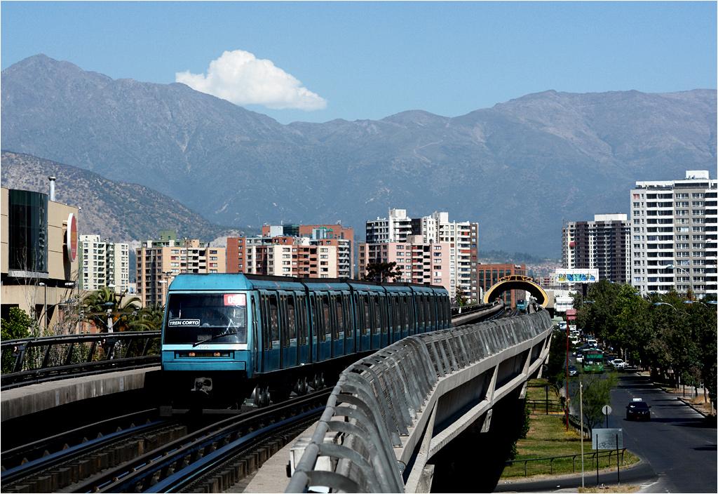 Santiago. Skład Alstom NS93 dojeżdża do stacji Pedrero