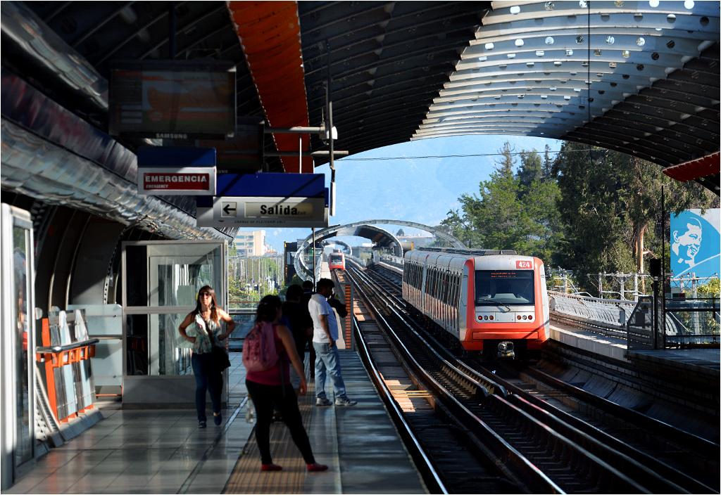 """Pociąg serii AS 2002 opuszcza """"zieloną"""" stację Camino Agricola"""