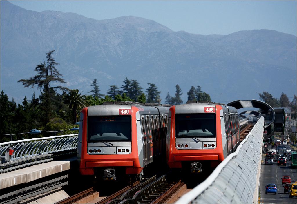 Mijanka dwóch pociągów metra przy końcu czwartej linii