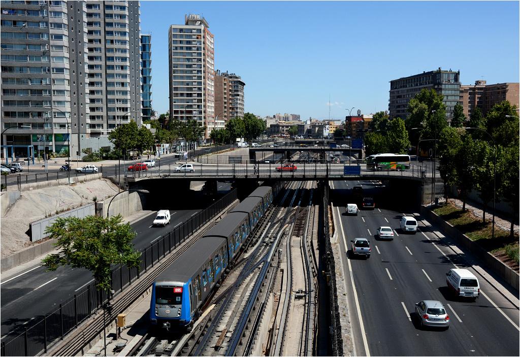 Druga linia metra w samym centrum stolicy poprowadzona jest pośrodku drogi. Tutaj pociąg serii NS 2004 uchwycony pomiędzy stacjami Los Héroes i Santa Ana