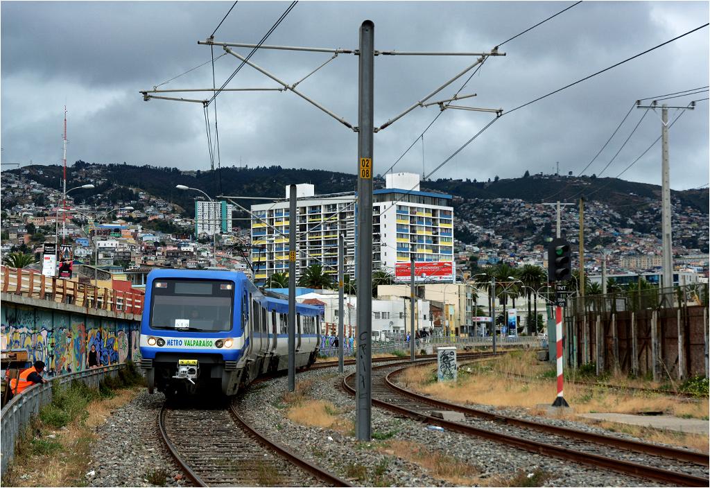 Valparaíso. Pociąg metra opuszcza stację Baron