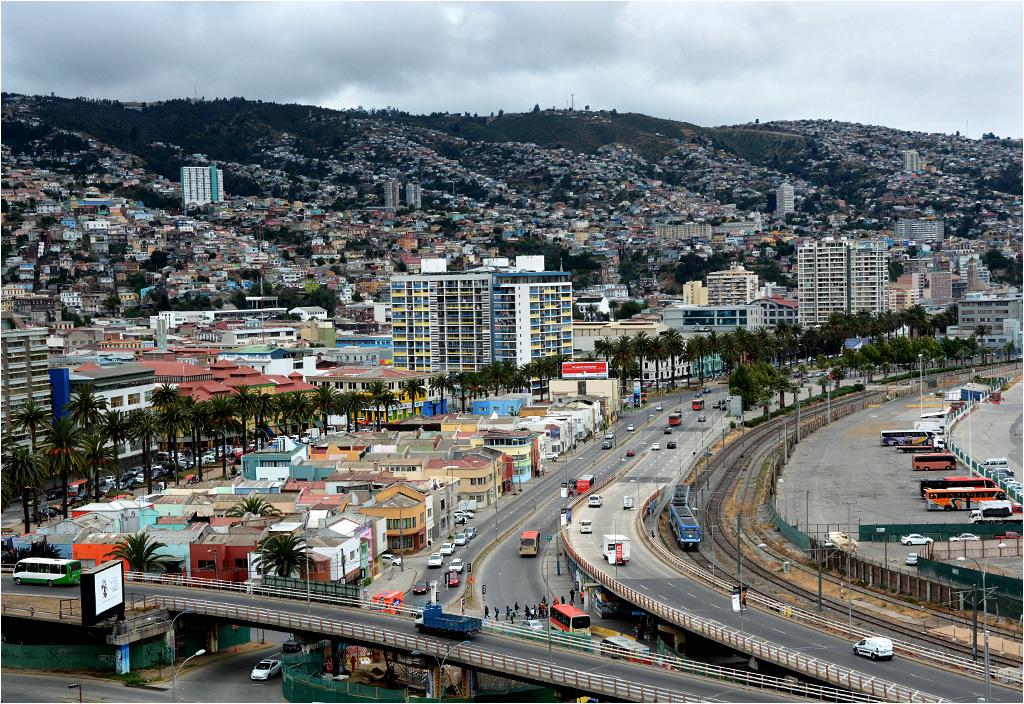 Alstom X'Trapolis 100 wyjeżdża z Valparaíso i zbliża się do miasta Viña del Mar