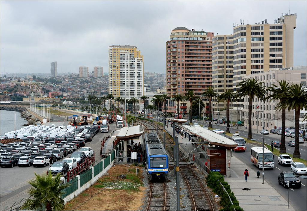 Po lewej port, po prawej nadmorska promenada. Linia metra w Valparaíso biegnie po powierzchni nad samym brzegiem Pacyfiku