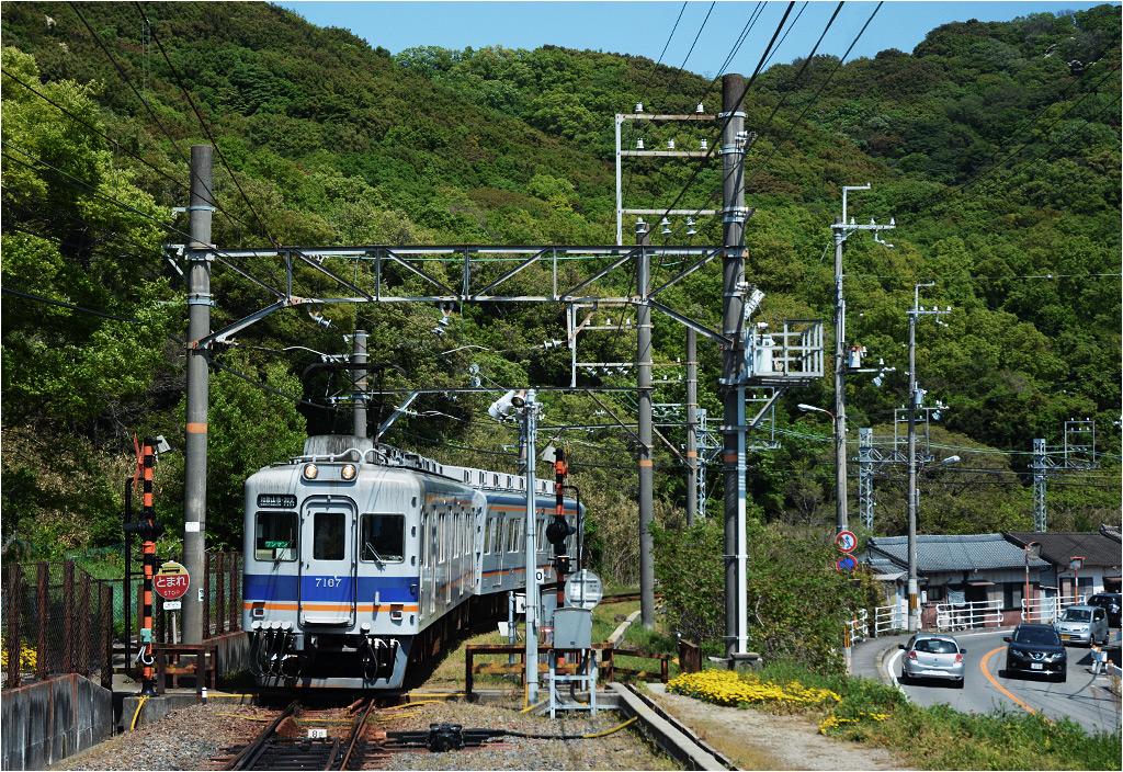 Kada, region Kansai. Pociąg osobowy z Wakayamashi zbliża się do stacji końcowej. Skład należy do przewoźnika Nankai Electric Railway