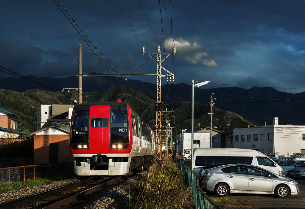 Limited express Snow Monkey z Nagano do Yudanaki wjeżdża do miasteczka Shinshu-Nakano. Przewoźnikiem jest firma Nagaden, a tabor to jedna z dwóch wyprodukowanych jednostek serii 2100