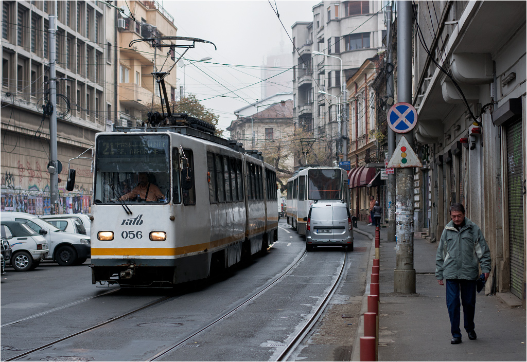 Wschodnia część centrum rumuńskiej stolicy. Tramwaj linii 21 dojeżdża do pętli przy placu Św. Jerzego (Piața Sf. Gheorghe)