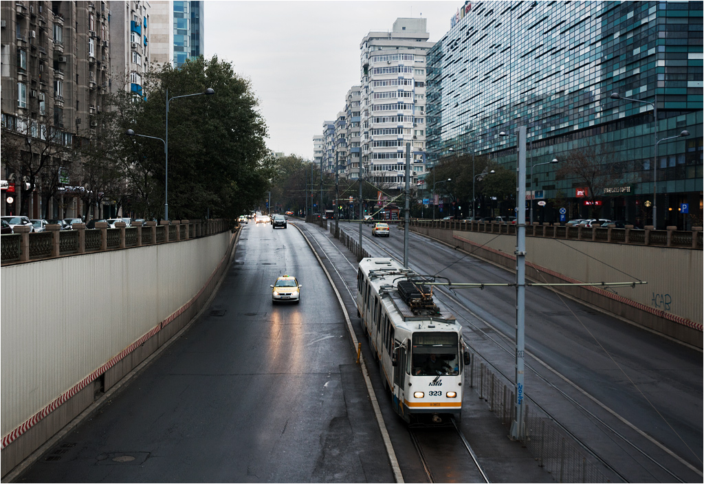 Dziesiątka wjeżdża do tunelu pod Placem Zwycięstwa (Piața Victoriei)