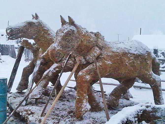 Trójkonny zaprzęg z okazji chińskiego roku konia (2014). Źródło: https://xn-----6kcbac1azfofe4cmqhvgl0bzre.xn--p1ai/stati/jakutija/zamenil-mramor-jakutskii-seljanin-delaet.html