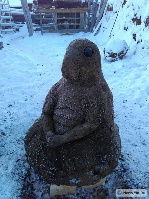 """""""Patrzcie, kolejna rzeźba z gówna!"""" ogłasza jeden z rosyjskich portali i prezentuje figurę żduna. Źródło: http://flud.perm.ru/news/smotrite-ocherednaja-skulptura-iz-govna.html"""