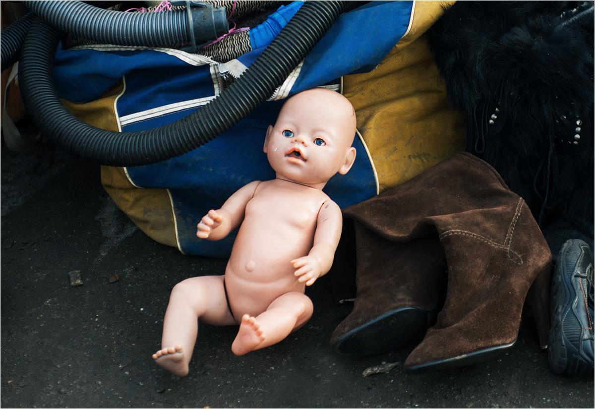 Lalka w otoczeniu odkurzaczowych rur