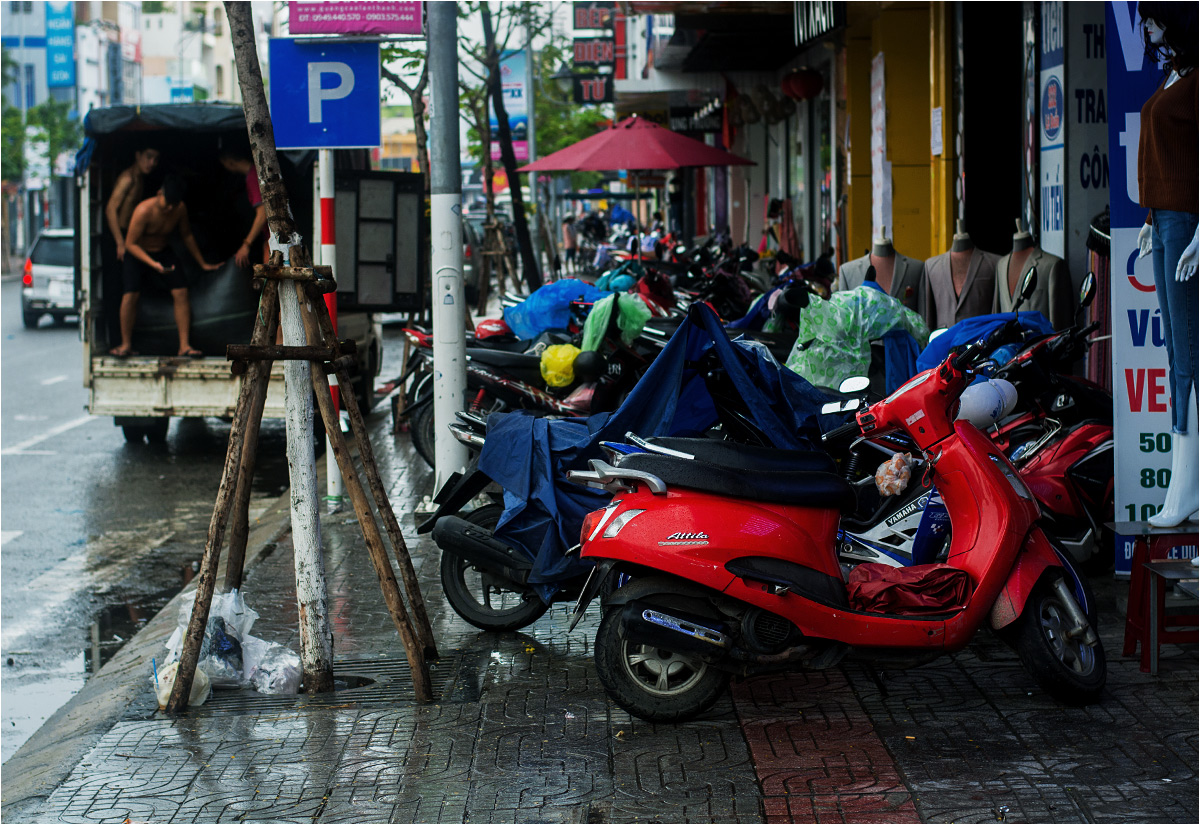 Typowe parkowanie w wietnamskim mieście