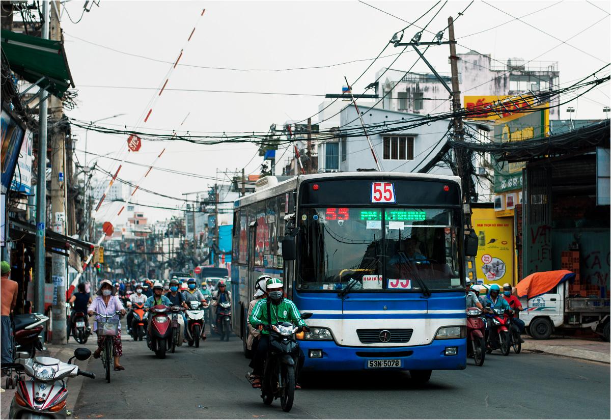 W dużych wietnamskich miastach (na fotografii Sajgon) istnieją zręby komunikacji publicznej. Ale gdzie i kiedy jeżdżą te autobusy, ani kto z nich korzysta - nie za bardzo wiadomo