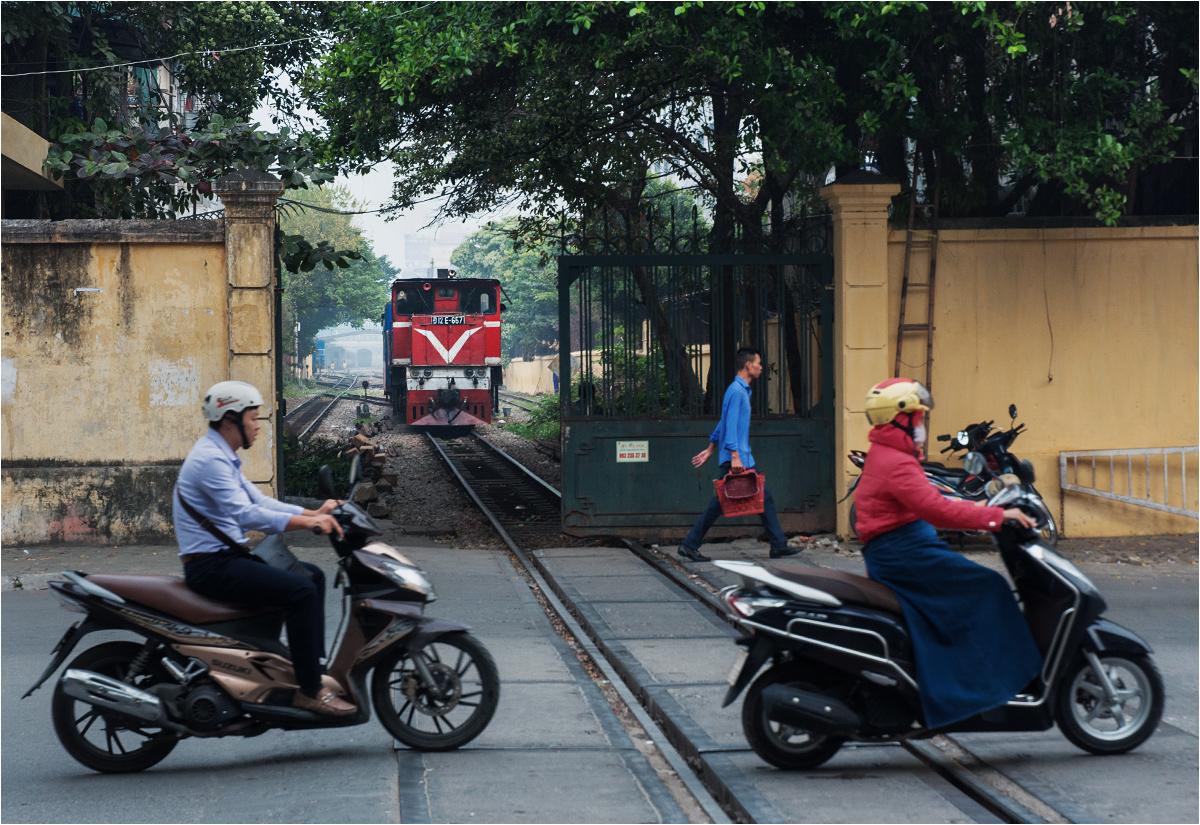 Pociąg, kiedy ruszy, będzie miał pierwszeństwo przed skuterami. Bo jest WIĘKSZY. Na zdjęciu czeska lokomotywa D12E manewruje z wagonami na stacji głównej w Hanoi