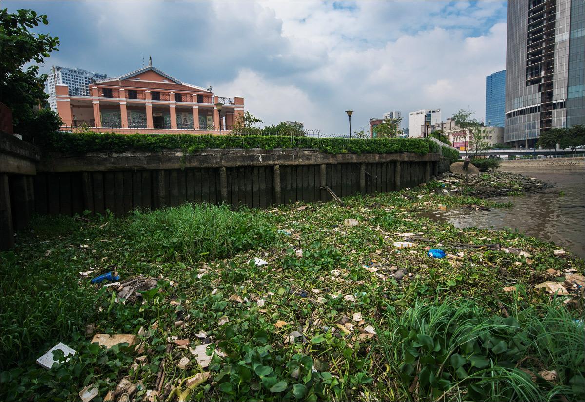 Śmieci w rzece w centrum Sajgonu