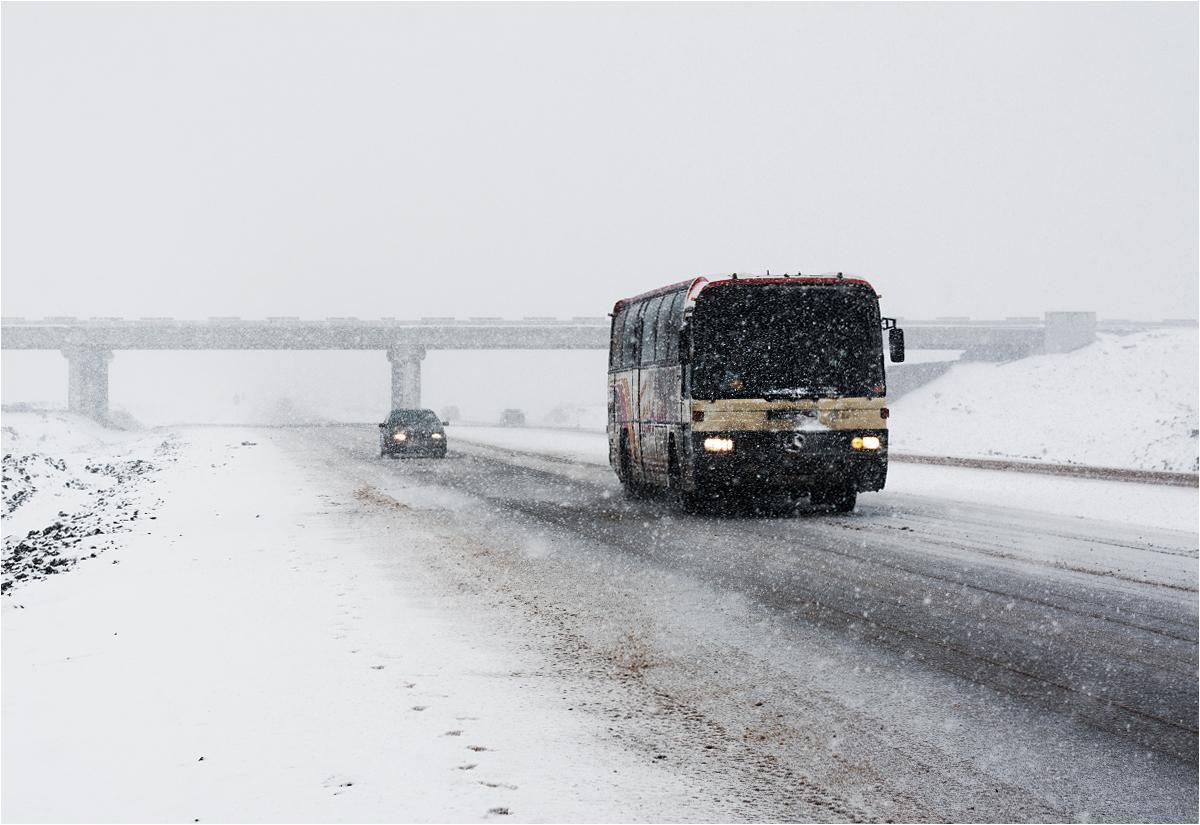 Autobus dalekobieżny na trasie Pawłodar-Astana koło Ekibastuza