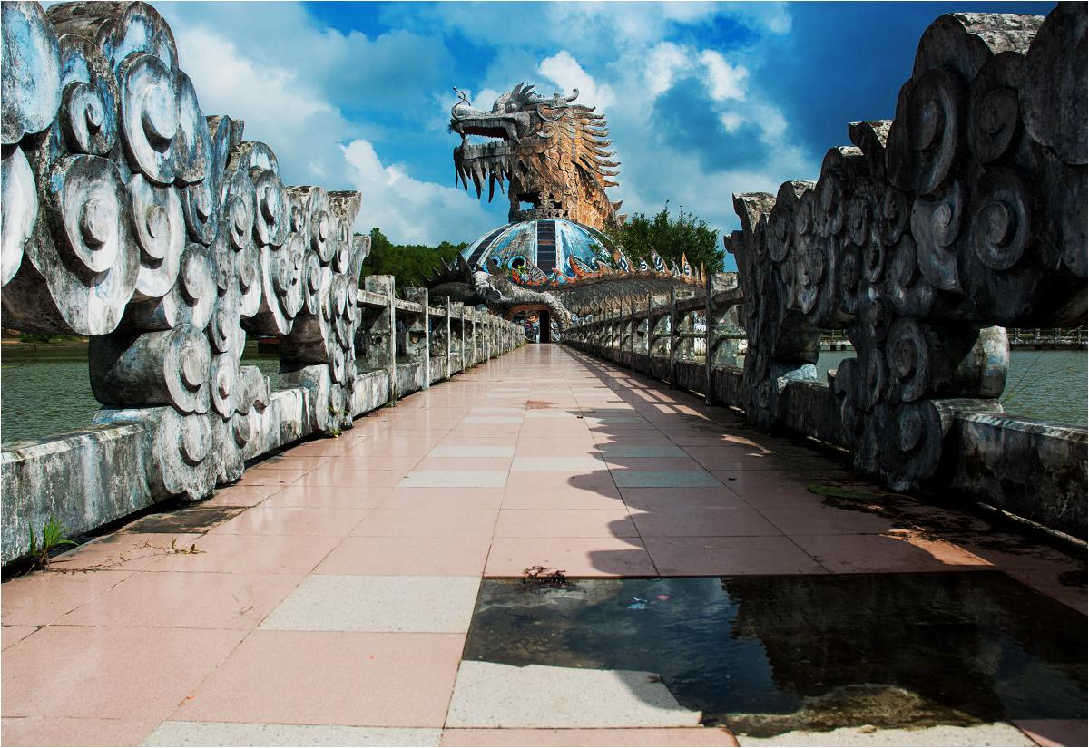 Do smoka z trzech stron prowadzą podniszczone mosty