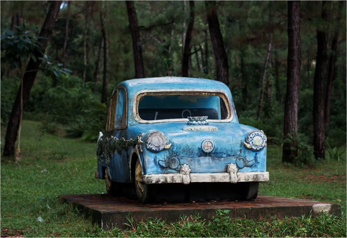 Obok smoka w lesie stoi wesoły hitlerowski samochodzik