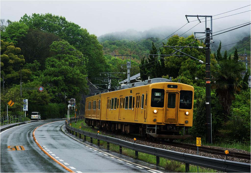 Pociąg osobowy linii Kure dojeżdża do miasteczka Tadanoumi