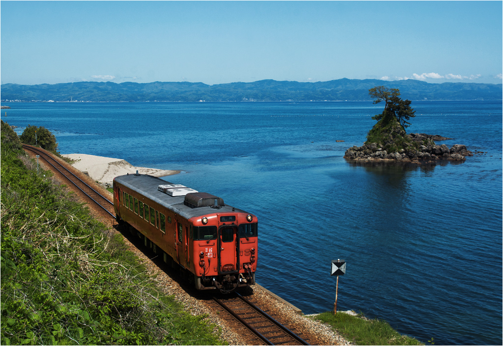Lokalna kolej japońska. Jednostka spalinowa KiHa40 pokonuje odcinek pomiędzy przystankami Amaharashi i Etchu-Kokubu
