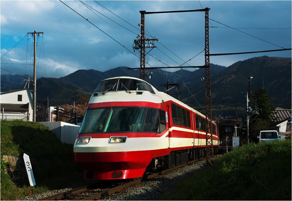Fantazyjna jednostka serii 1000 przewoźnika Nagaden rusza ze stacji Yudanaka. To jeden z dwóch ostatnich pozostałych w ruchu składów tego typu