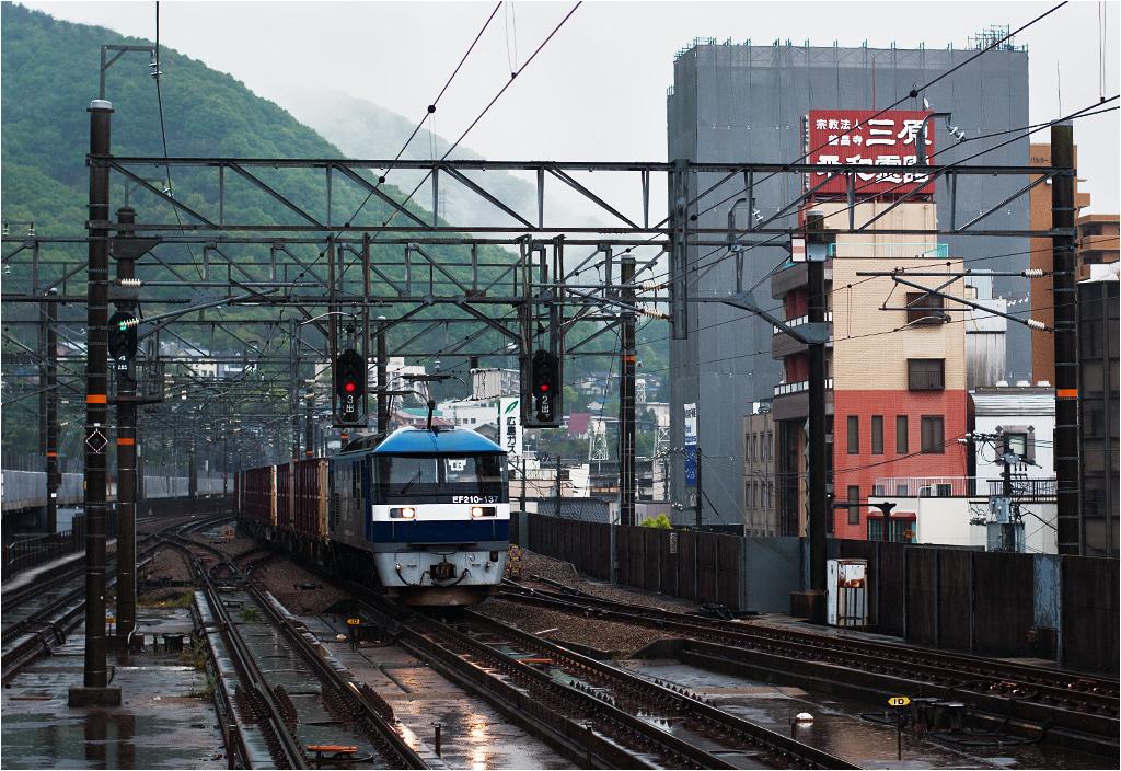 EF210 to popularny typ lokomotywy towarowej. Tu na czele pociągu towarowego wjeżdżającego do Mihary od strony wschodniej