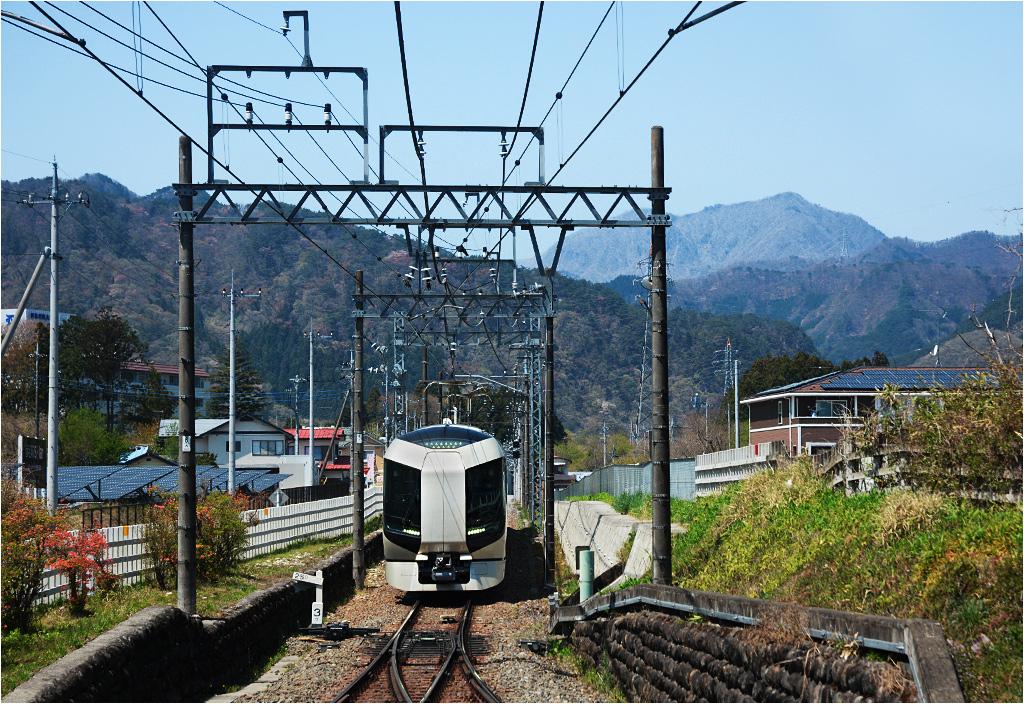 Shin-Takatoku. Do stacji zbliża się limited express Revaty obsługiwany jednostką serii 500. Przewoźnikiem jest Tobu Railway