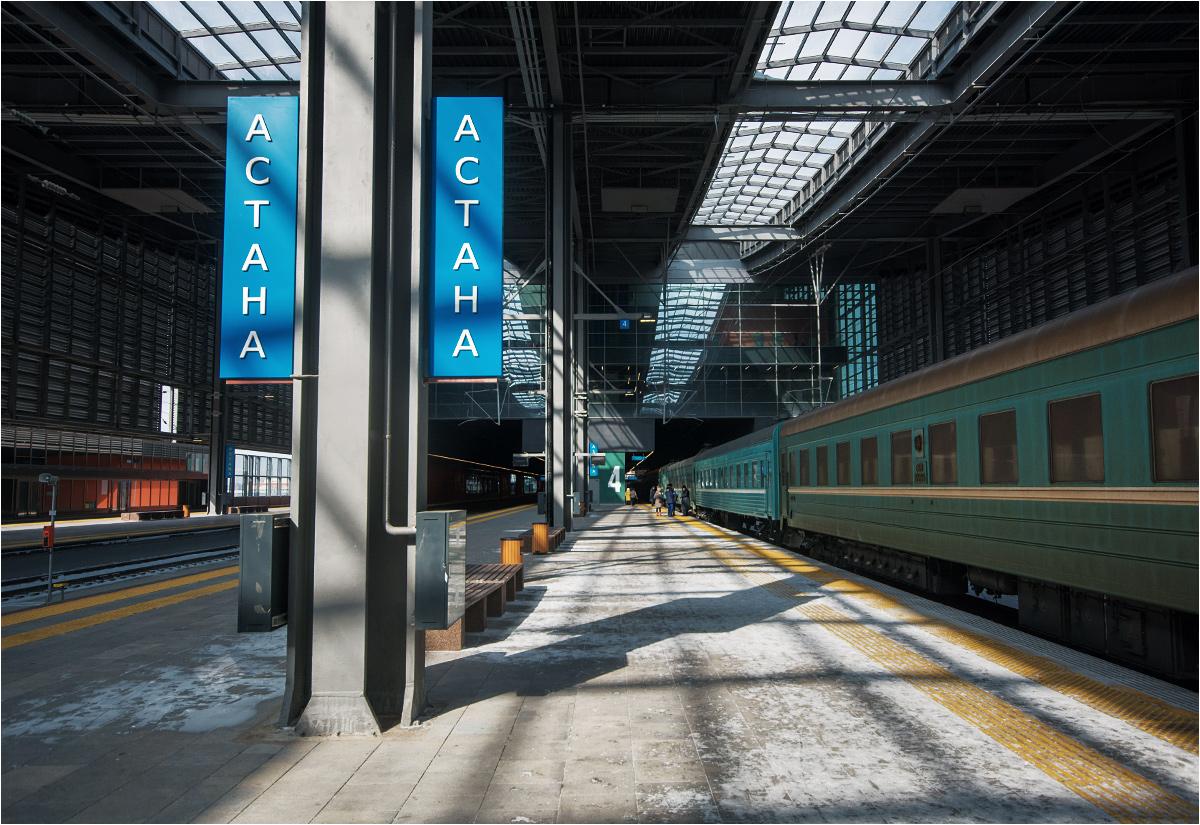 Stare i brudne wagony pociągu do Pawłodaru nie wyglądają najlepiej w kontraście z nowymi peronami
