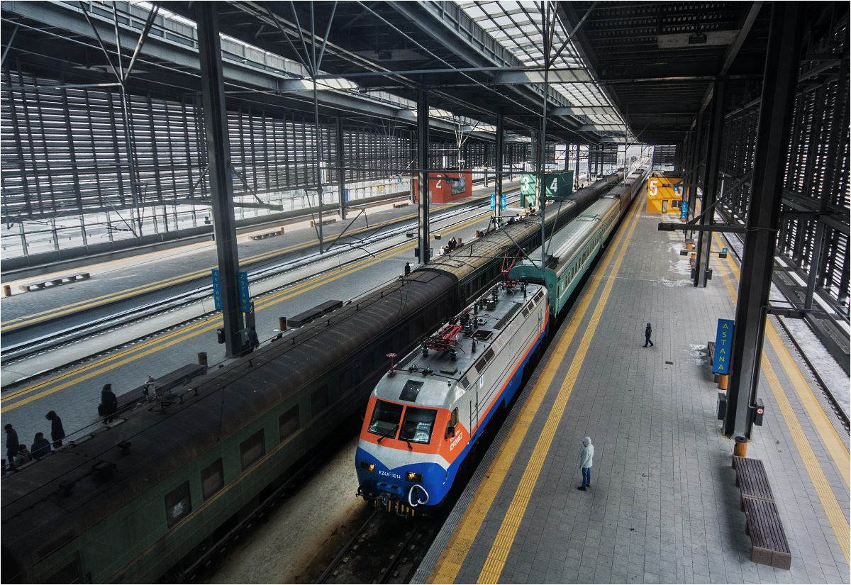 Pociąg z Ałmatów, prowadzony lokomotywą KZ4A-0014 chińskiej produkcji, wjeżdża na stację końcową