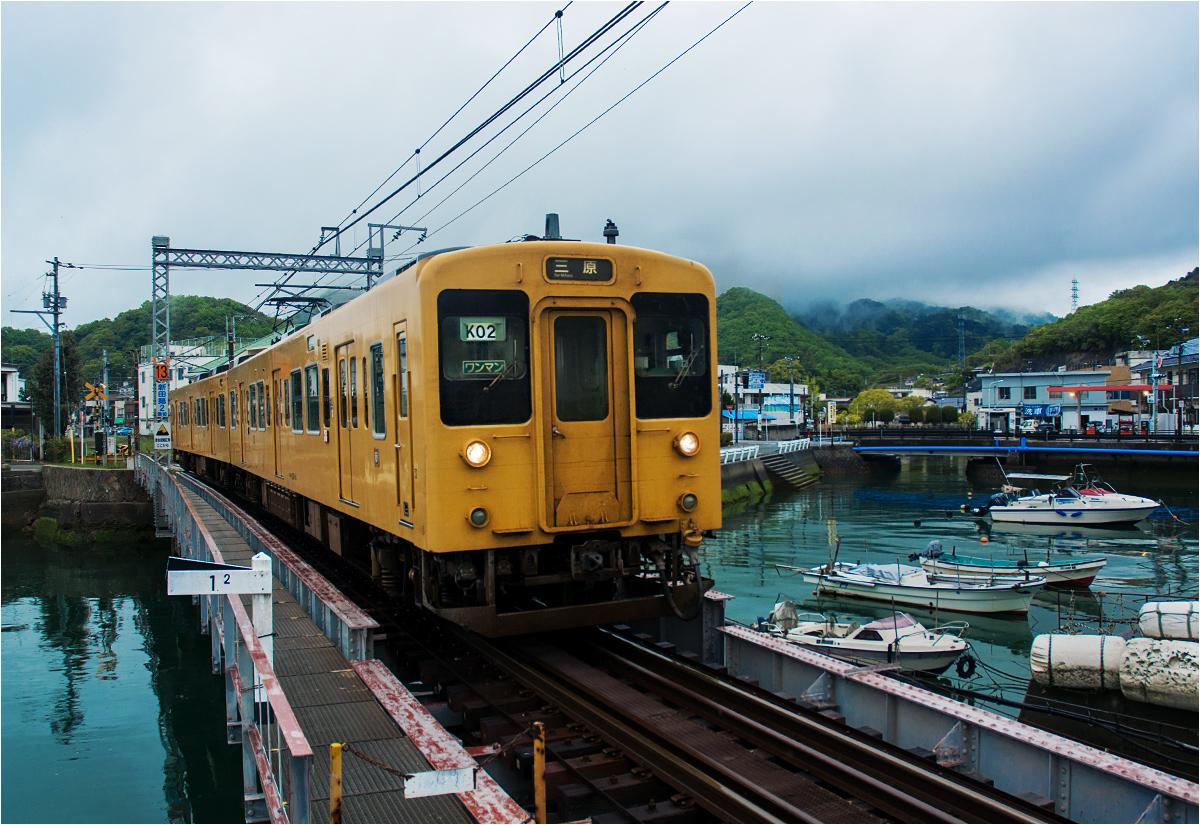 Tadanoumi, prefektura Hiroszima. Pociąg osobowy do Mihary przejeżdża przez to przepięknie położone miasteczko rybackie