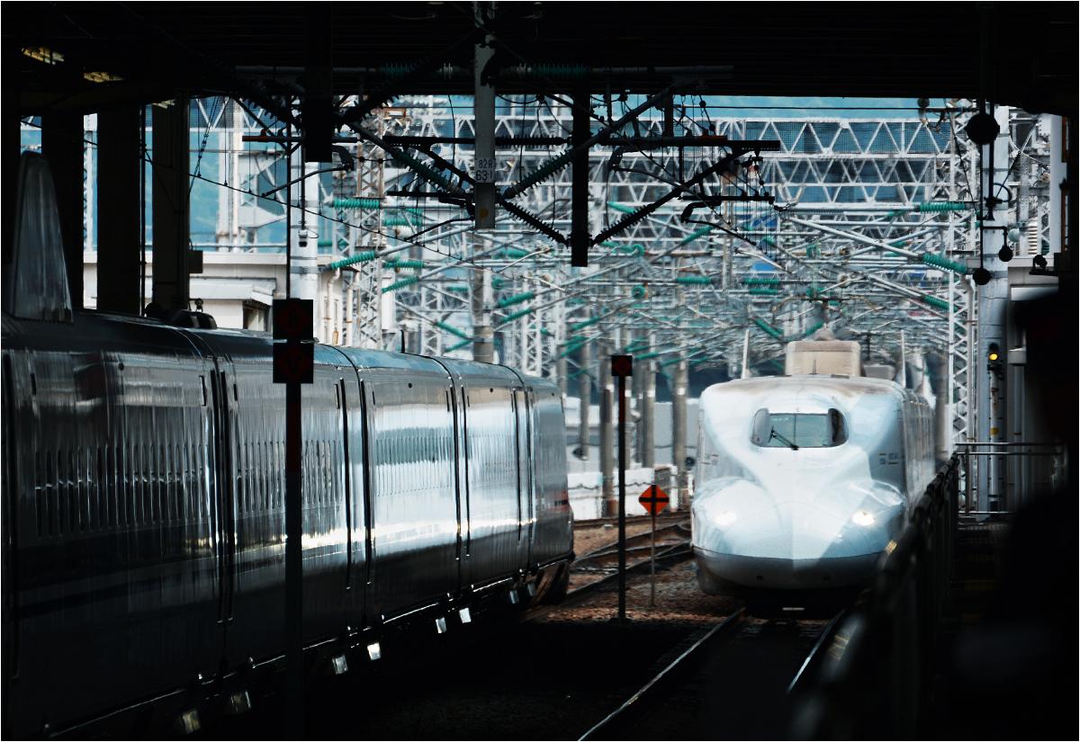 Szybki pociąg do stacji Hakata (Fukuoka) wjeżdża w perony hiroszimskiego dworca