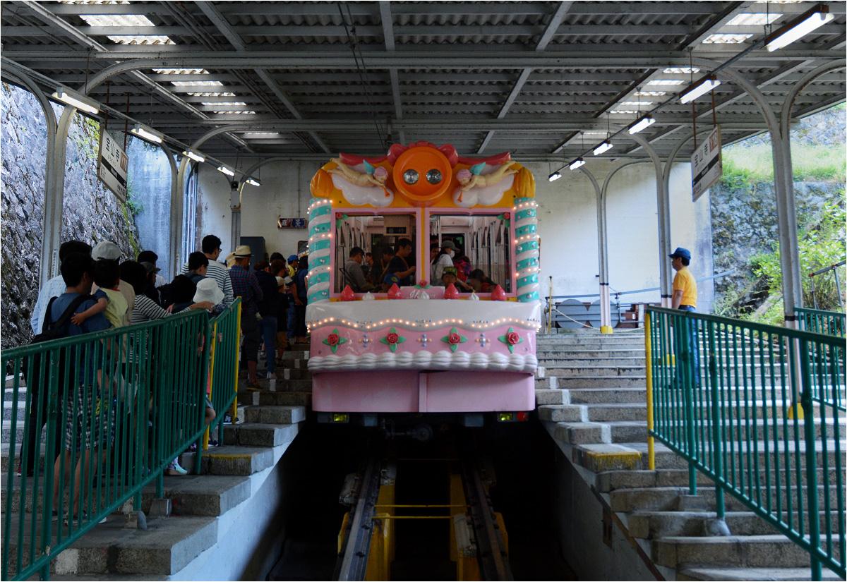 Na drugim odcinku trasy na górę Ikoma pasażerowie przesiadają się do supersłodkiego różowego wagonu ozdobionego kandyzowanymi różyczkami i aniołkami